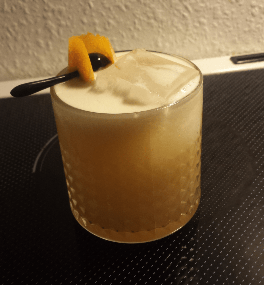 En Whiskey Sour i et rocks glas.